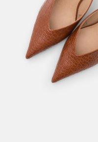 NA-KD - POINTY VCUT MULES - Pantofle na podpatku - cognac - 5