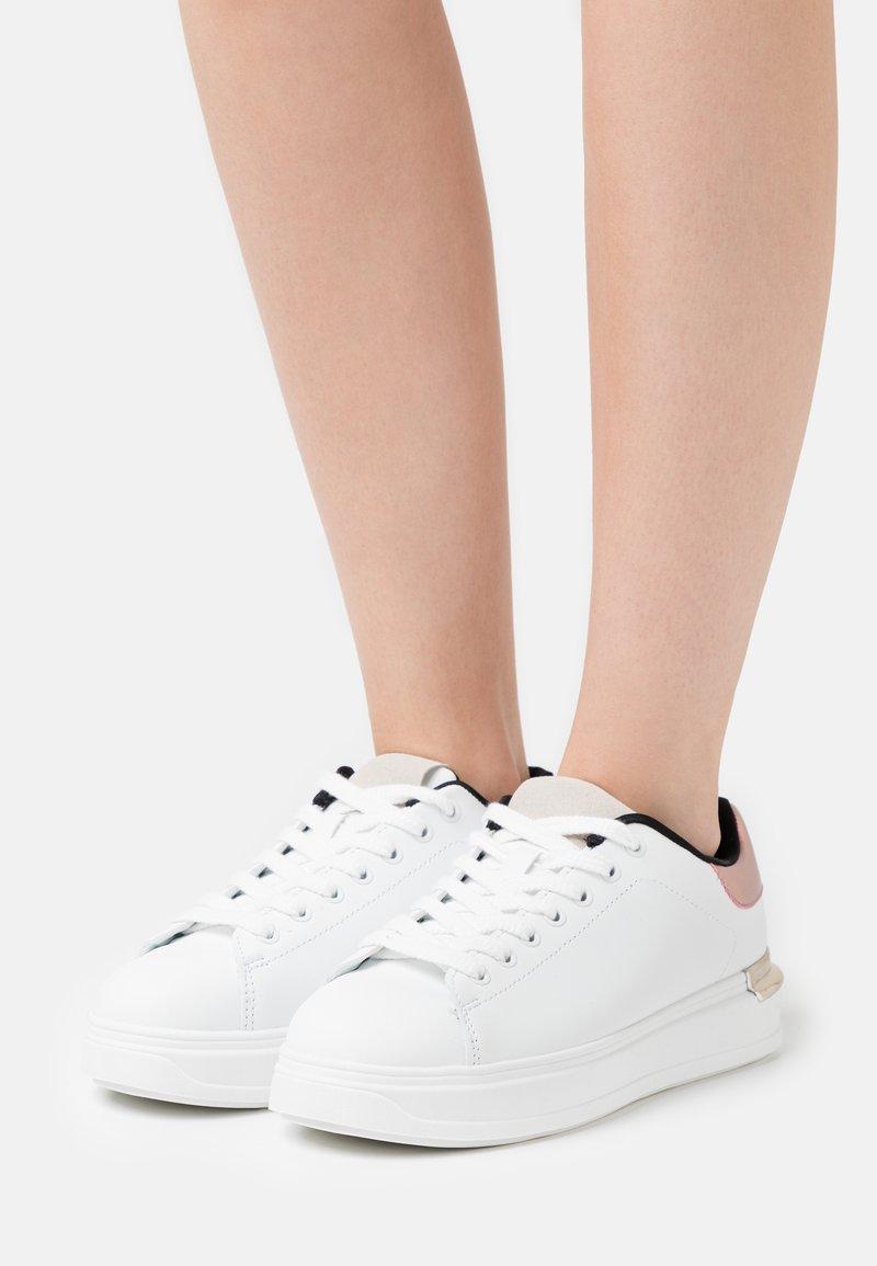 Vero Moda Wide Fit - VMMILANO WIDE FIT - Sneakers basse - snow white/metallic