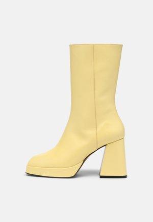 Stivali con plateau - amarillo groucho