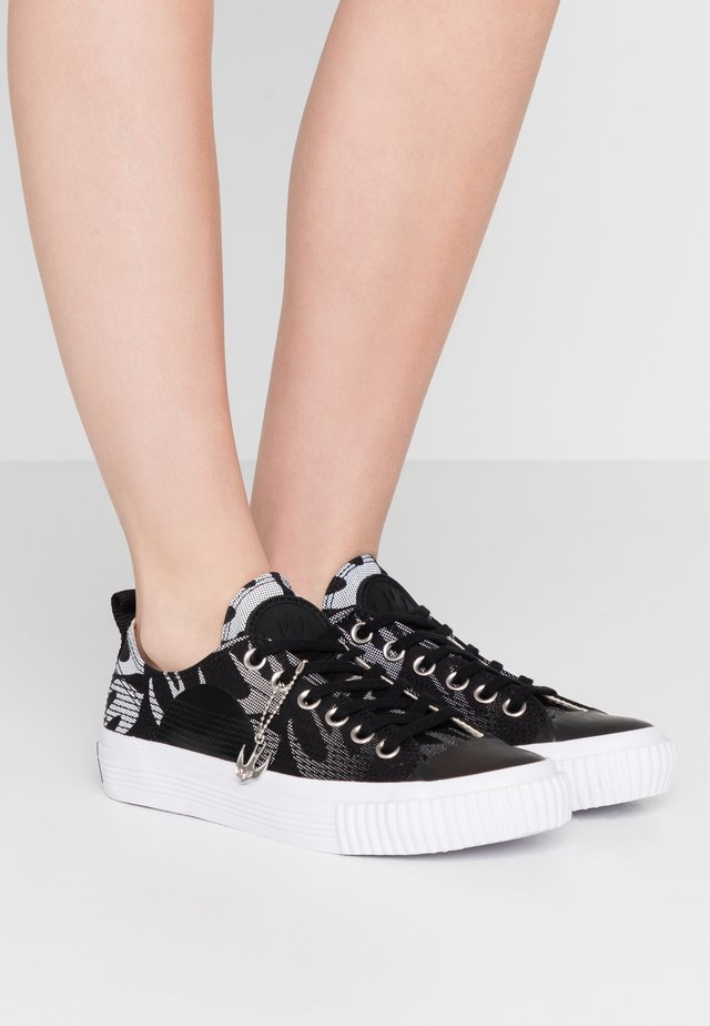 SWALLOW PLIMSOLL  - Matalavartiset tennarit - black/optic white