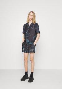 11 DEGREES - TROPCIAL RESORT SHIRT - Camisa - black/green/purple - 1