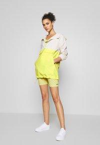 Vans - QUANTUM BIKE - Shorts - lemon tonic - 1