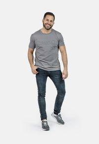 IZAS - T-shirt imprimé - charcoal - 3