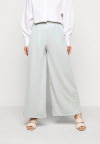 ONLY Petite - ONLLAYLA WIDE PANTS  - Kalhoty - light grey melange - 0