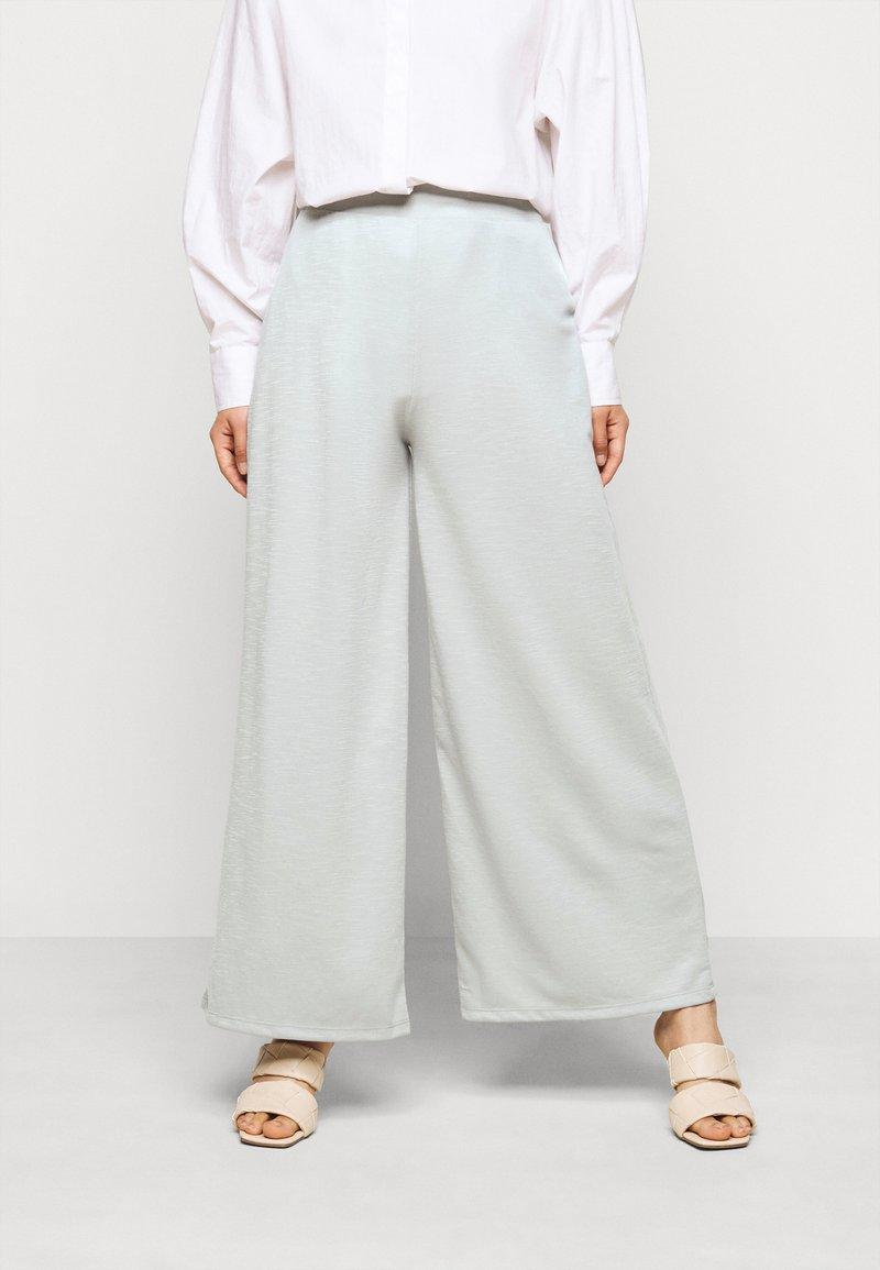 ONLY Petite - ONLLAYLA WIDE PANTS  - Kalhoty - light grey melange