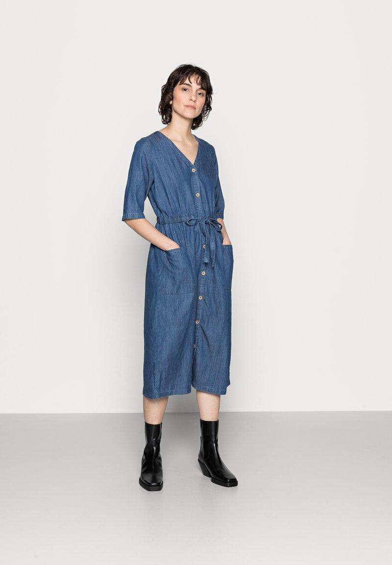 Thought - ESTHER TIE WAIST DRESS - Denimové šaty - chambray blue