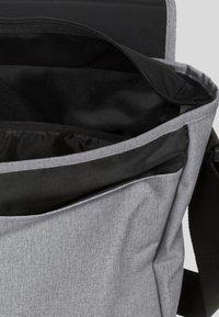 Eastpak - CORE COLORS/AUTHENTIC - Torba na ramię - sunday grey - 3