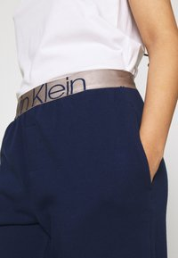 Calvin Klein Underwear - ICONIC LOUNGE - Pyjamahousut/-shortsit - new navy - 5