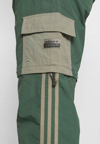 adidas Originals - UTILITY TWO IN ONE ORIGINALS - Cargo trousers - green oxide/clay - 4