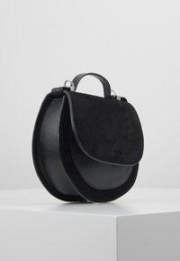 Coccinelle - SIRIO SADDLE - Across body bag - noir - 3