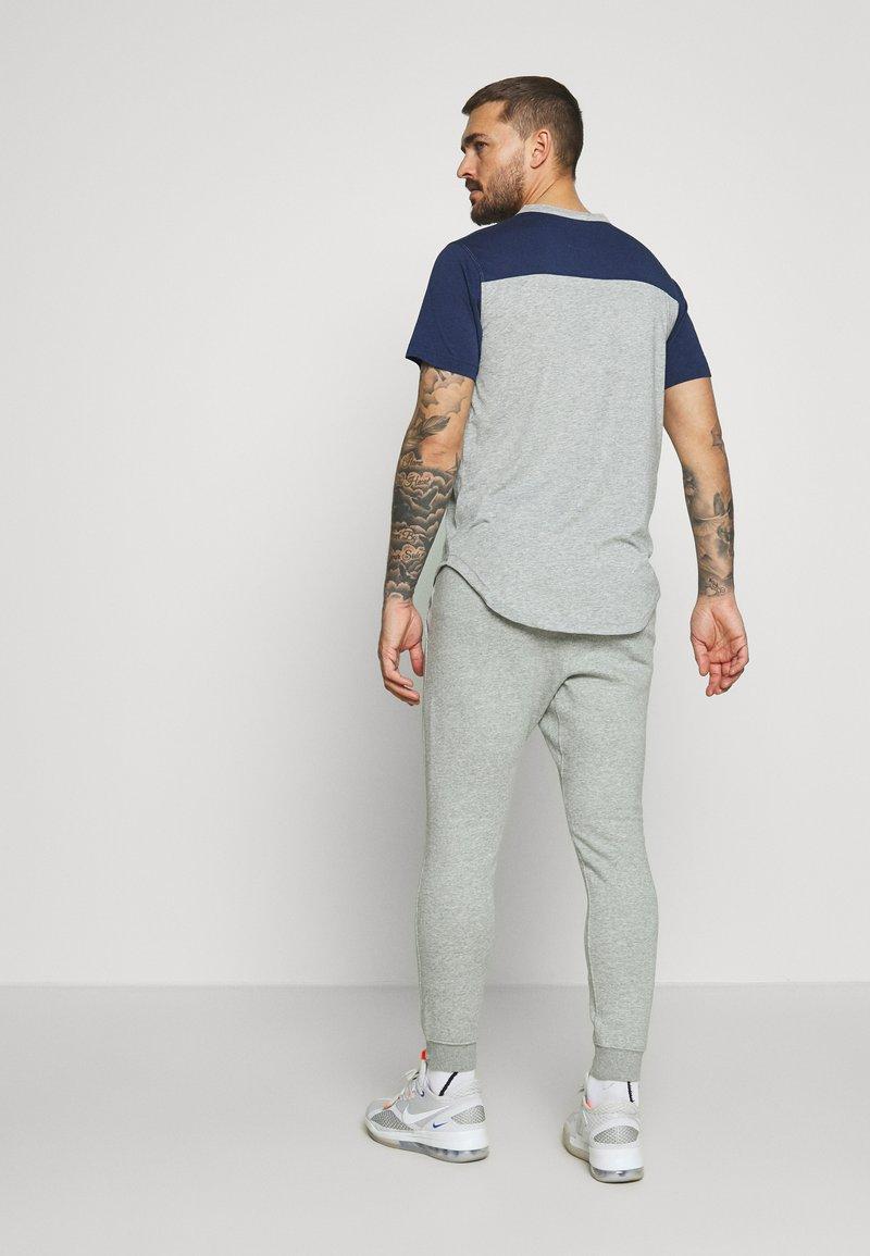 Nike Performance - NEW YORK YANKEES COLOR BAR CLUB JOGGERS - Club wear - dark grey heather