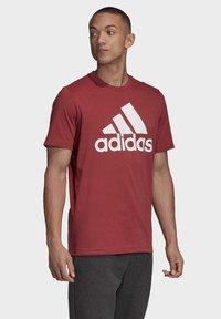 adidas Performance - MUST HAVES BADGE OF SPORT T-SHIRT - Camiseta estampada - red - 3