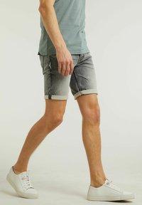CHASIN' - Denim shorts - grey - 2