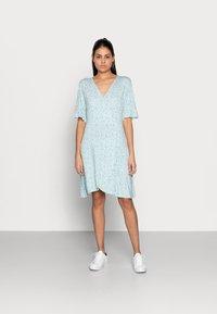 Esqualo - DRESS SHORT RUFFLE - Jerseykjoler - soft green - 0