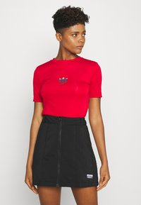 adidas Originals - SLIM SHORT SLEEVE TEE - T-shirt z nadrukiem - scarlet - 0