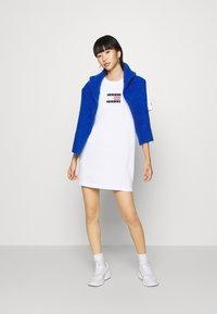 Tommy Jeans - LOGO TEE DRESS - Sukienka sportowa - white - 1
