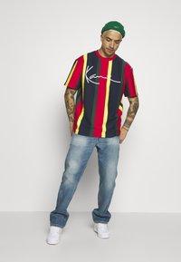 Karl Kani - SIGNATURE STRIPE TEE - Print T-shirt - yellow/navy/green/red - 1