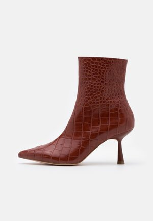 FRONT SEAM BOOTS - Botines - brown
