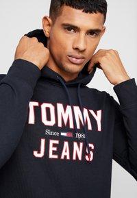 Tommy Jeans - ESSENTIAL LOGO HOODIE - Mikina skapucí - black - 5