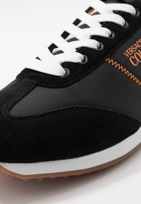 Versace Jeans Couture - Sneakersy niskie - black/orange - 5