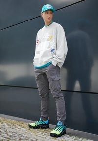 Nike Sportswear - AIR VAPORMAX PLUS - Joggesko - aurora green/reflect silver/black/blue hero/china rose/volt - 6