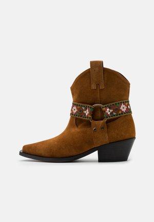 TEA BOOT - Cowboy/biker ankle boot - marrone