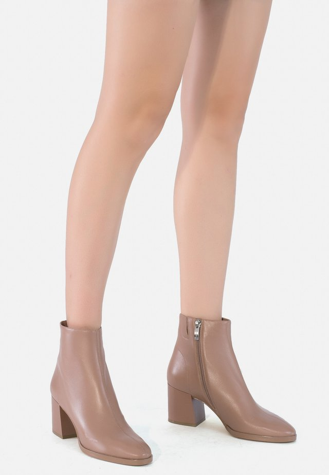 Classic ankle boots - caramel