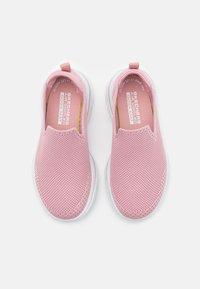 Skechers Performance - GO WALK 5 CLEARLY COMFY UNISEX - Chodecké tenisky - light pink - 3