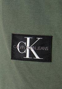 Calvin Klein Jeans - BADGE TURN UP SLEEVE - T-shirt basic - duck green - 5