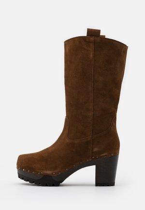 Platform boots - brown