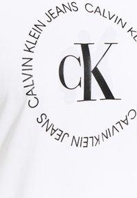 Calvin Klein Jeans Plus - ROUND LOGO STRAIGHT TEE - Print T-shirt - bright white - 4