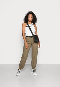 BDG Urban Outfitters - AUTHENTIC CARGO PANT - Cargo trousers - khaki - 1