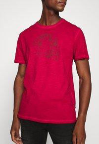 Schott - Print T-shirt - red - 4