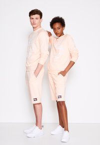 Tommy Hilfiger - ONE PLANET UNISEX - Shorts - delicate peach - 3
