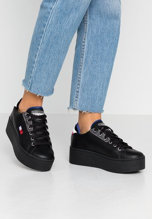 FLATFORM TOMMY JEANS SNEAKER - Baskets basses - black