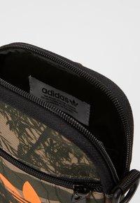 adidas Originals - CAMO FESTIV - Taška spříčným popruhem - hemp - 2