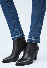 Pepe Jeans - VICTORIA - Slim fit jeans - blue denim - 4