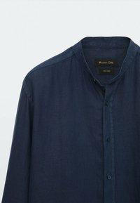 Massimo Dutti - SLIM-FIT-HEMD AUS REINEM LEINEN MIT MAOKRAGEN 00101301 - Shirt - blue-black denim - 5