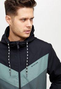 Mazine - DUNS - Light jacket - black/bottle - 2