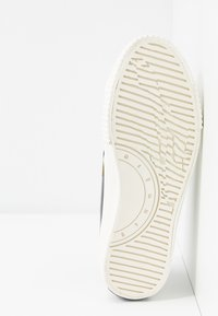 McQ Alexander McQueen - SWALLOW CAPSULE - Sneakersy niskie - khaki/skate/blue - 6