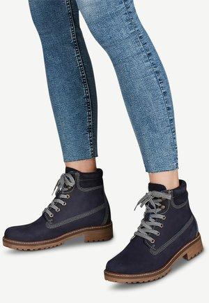 STIEFELETTE - Kotníkové boty na platformě - navy