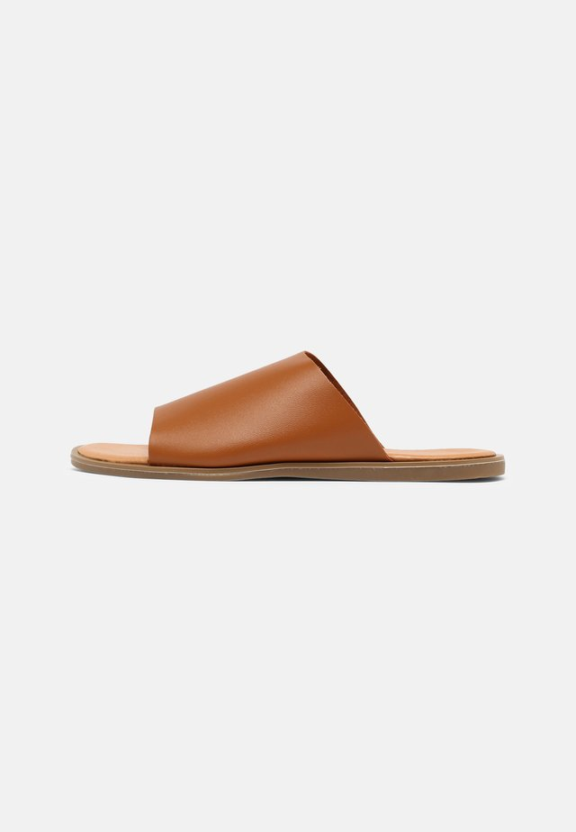 WIDE FIT MASSA - Pantofle - tan