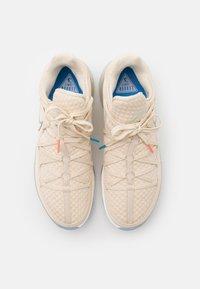 Nike Performance - LEBRON XVII LOW - Basketbalové boty - light cream/multicolor - 4