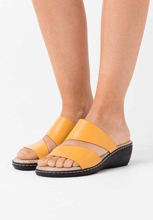 SLIDES - Heeled mules - saffron
