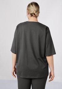 Sallie Sahne - MILY - Basic T-shirt - graphite - 2