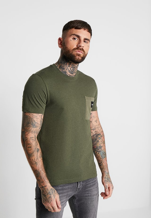 CONTRAST POCKET  - Print T-shirt - green