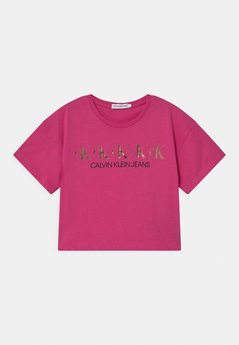 Calvin Klein Jeans - REPEAT FOIL BOXY - Triko spotiskem - pink