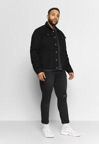 Common Kollectiv - PLUS DISTRESSED JACKET - Kurtka jeansowa - black - 1