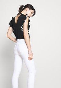 J Brand - ALANA HIGH RISE CROP  - Jeans Skinny Fit - blanc - 3
