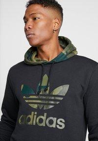 adidas Originals - CAMO TREFOIL GRAPHIC HODDIE SWEAT - Bluza z kapturem - black - 5